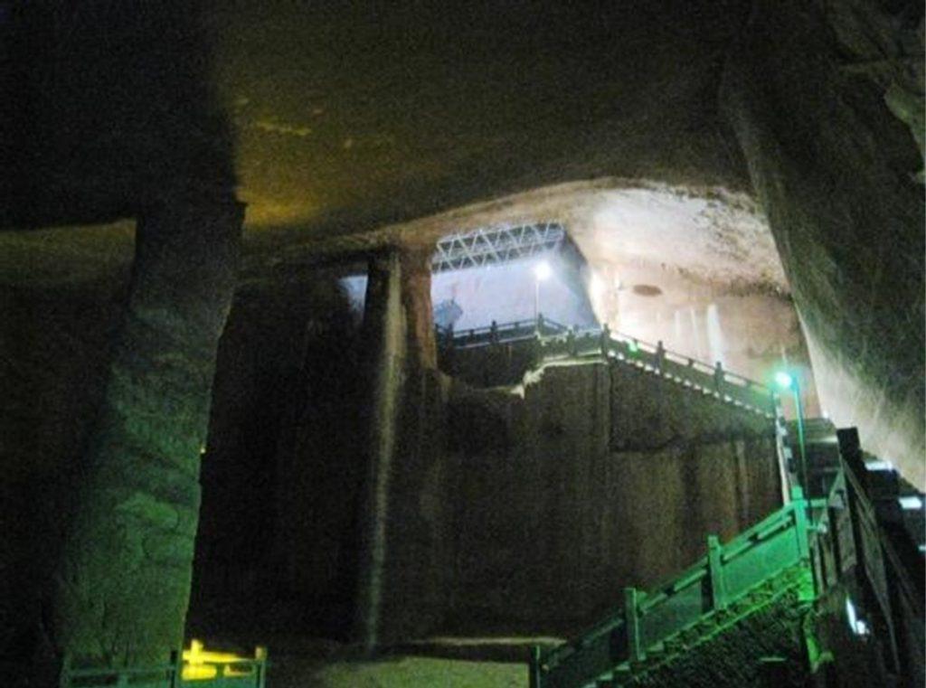 Doteraz boli sprístupnené iba dve jaskyne Ostatné sú zabalené nánosom bahna a Číňania pracujú na ich očiste.