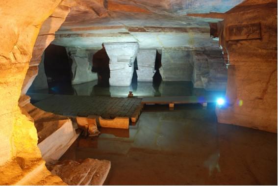 Niektorí sa domnievajú, že podzemné priestory vytvorili mimozemšťania.
