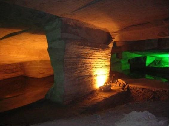 V jaskyni je tiež veľa príliš hrubých kamenných stien Prečo neboli odstránené a namiesto toho boli ponechané uprostred ohromných siení?