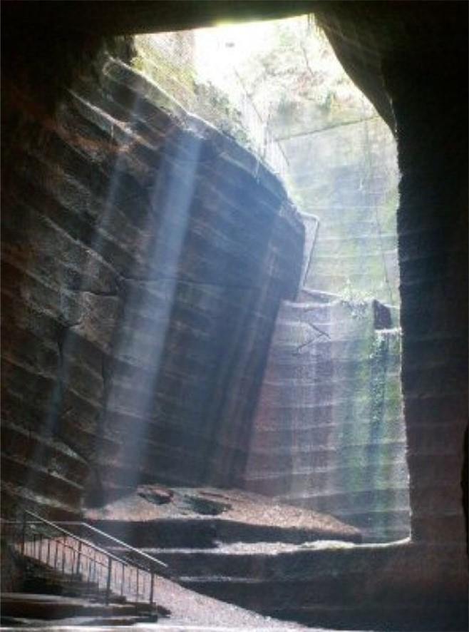 Vchod do jaskýň je úzky a podzemné priestory sú tak veľmi sporo osvetlené.