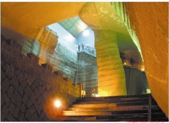 Jaskyne s tesaným stenami a stropmi, vysokými stĺpmi a kamennými schodiskami sú veľmi priestranné, členité a obsahujú veľa zvláštnych štruktúr.