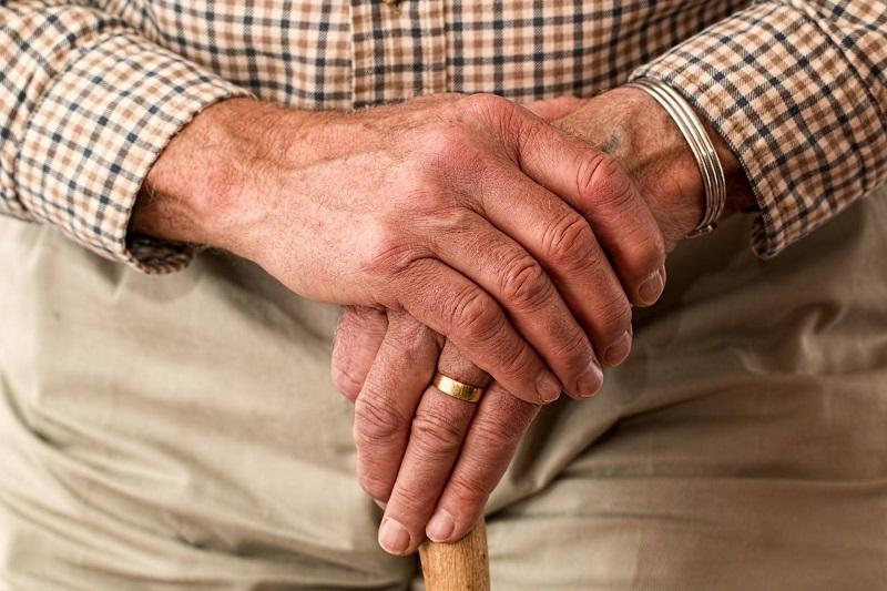 Často si spomeniem na svojho dedka 👴 a jeho životné múdrosti. S jednou vtipnou sa s vami podelím 😊.  Dedko ma učil menej sľubovať a viac spĺňať. Ak babke povedal, že ide s kamarátmi na pivo 🍻 a bude doma o siedmej, ale prišiel o ôsmej vedel, že bude oheň na streche. A tak radšej povedal, že príde o deviatej ale prišiel už o ôsmej a bol z neho menší hrdina 😃.   Túto a mnoho ďalších spomienok zapíšem do svojej Kroniky života 📕 aby aj ďalšie generácie poznali svojho pradeda ❤️.