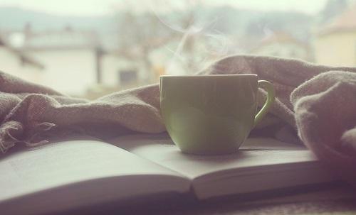 Poznáte ten pocit. Pohodlné kreslo, dobrá kniha. Čas akoby zastal. Nezáleží na tom, čo bolo alebo bude. Dôležitý je len príbeh. Ten ktorý sa rozohráva a vystupuje zo strán za šuchotu papiera vždy, keď sa začítate 😊 📕 ☕.  A ešte lepší pocit prečítať si životný príbeh blízkej osoby, mamky, ocka, starých rodičov... alebo aj ten svoj ❤️