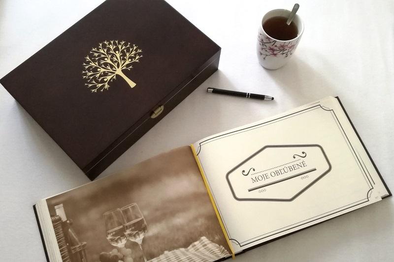 Táto Kronika života nie je len obyčajnou knihou s prázdnymi stránkami 📖. Je špeciálna v tom, že v nej nájdete aj návody a tipy, čo všetko by ste mohli do nej napísať ✍️. Na čo všetko si máte spomenúť a nezabudnúť to spomenúť. Ale zároveň dáva aj dostatočne veľa priestoru na zapísanie si spomienok, ktoré sú špecifické v tom Vašom životnom príbehu. Je premyslená do najmenších detailov. Je zostavená tak, aby Vám bola nápomocná v spísaní Vášho životného príbehu.  Stačí si ju len otvoriť, urobiť si voňavý čajík ☕, či naliať pohár kvalitného vína, pustiť príjemnú hudbu 🎶… a zahĺbiť sa do spomienok. Doplniť ich fotkami, príbehmi, … čímkoľvek, čo chcete, aby Vaši vnuci či pravnuci o Vás a vašej rodine vedeli. ❤️