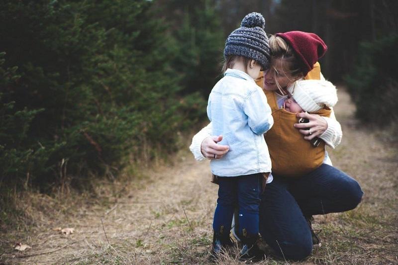 """Každý človek má svoj jedinečný príbeh a každá rodina je neopakovateľnou knihou takýchto príbehov. Veselých, vážnych, šťastných aj smutných, múdrych, odvážnych aj nežných. Častokrát aj veci, ktoré sa nám môžu zdať teraz bežné, môžu byť neskôr pre našich potomkov celkom dôležité a výnimočné. Vážme si rodinné tradície, svoju minulosť i prítomnosť a založme novú rodinnú tradíciu písania Kroník života. """"Rodina je ako hniezdo, z ktorého sme vyleteli a kde máme vždy šancu nájsť nepoznané poklady."""""""