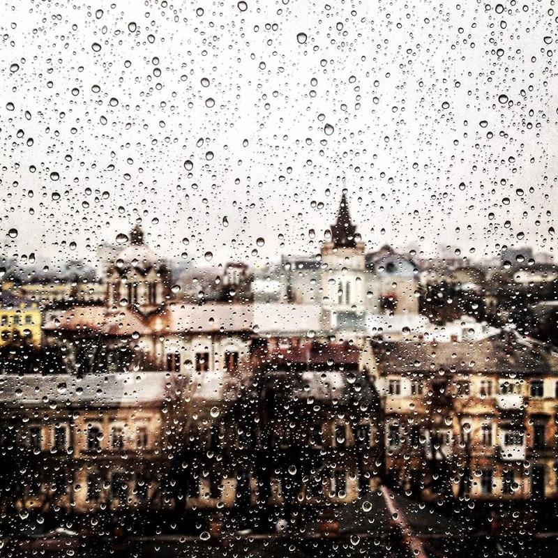 """Traja priatelia stáli v jedno daždivé popoludnie pri okne.  Zrazu sa jeden spýtal: """"Čo vidíte?""""  Jeden z nich reagoval: """"No čo by sme videli? Ďalší hnusný daždivý deň. Holé stromy a stekajúca voda, zima, nevšímaví ponáhľajúci sa ľudia.""""  Druhý povedal: """"Ale čoby. Pozrite na strome vtáčik, chudák, ktorý márne hľadá skrýšu, kde by sa skryl pred dažďom.""""  """"Heh"""", dodal ten, čo debatu začal, """"a ja vidím špinavé okno..""""   Čo je skutočnosť, čo realita? Všetko závisí od uhla pohľadu. Môžeme sa pozerať na to isté, ale ešte to neznamená, že to isté aj vidíme."""